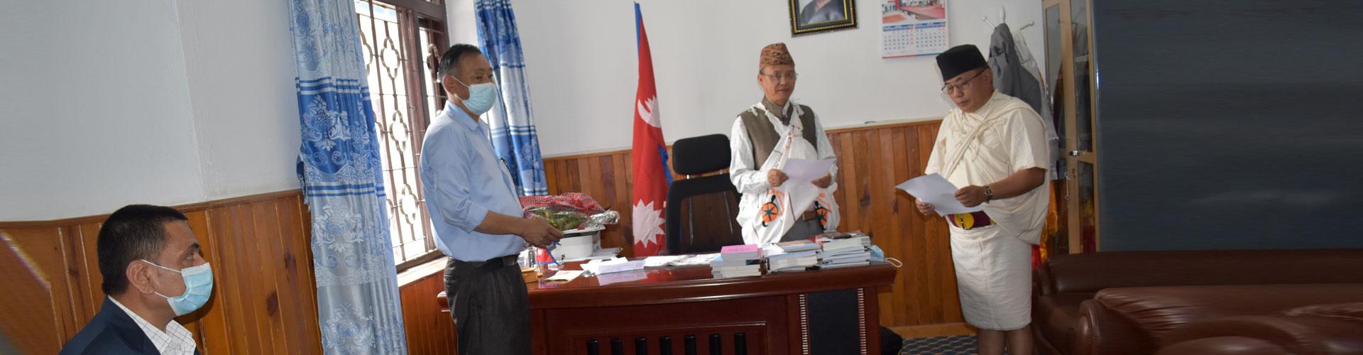 आयोगका अध्यक्ष माननीय राम बहादुर थापामगरज्यूले आयोगका सदस्य माननीय सुर्य बहादुर गुरूङज्यूलाई  सपथ ग्रहण गराउनुहुँदै